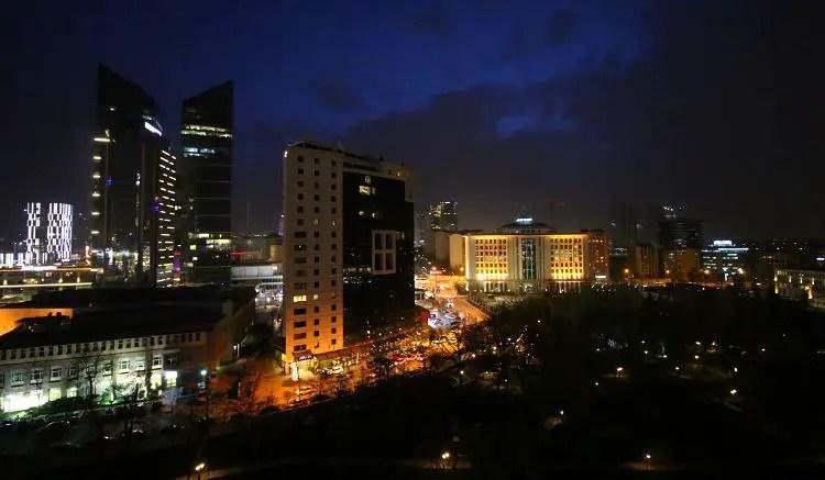 Ausblick auf Ankara in der Nacht, mit beleuchteten Hochhäusern.