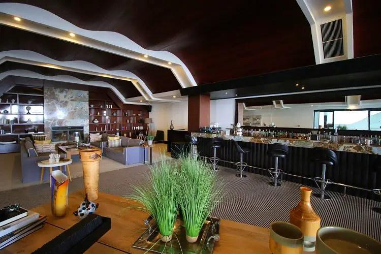 Lobby Bar mit Sitzplätzen.