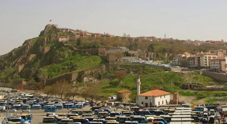 Busbahnhof mit blauen Dolmus Bussen und Blick auf den Burgberg