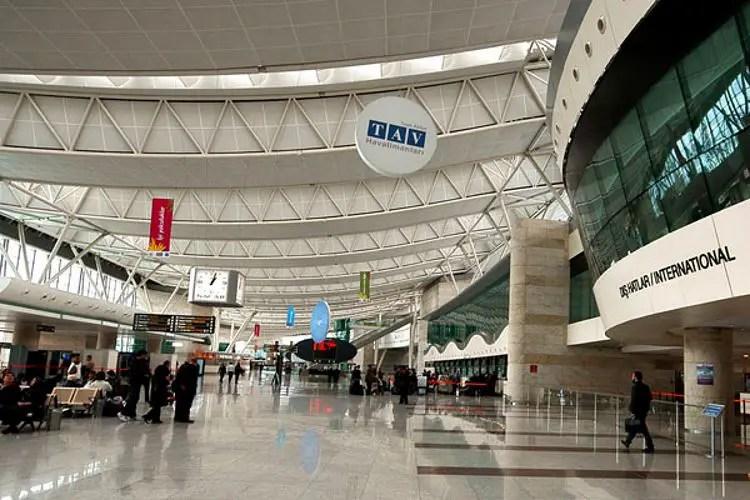 Innere eines Terminals des Flughafens