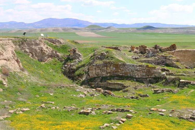 Mauern mit Grabhügeln im Hintergrund