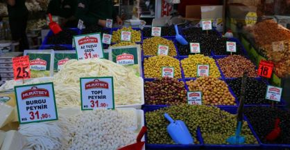 Stand im Käse und Oliven in Istanbul
