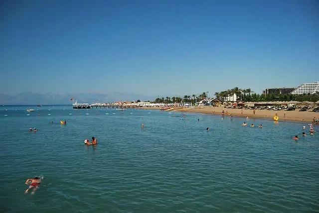 Blick von einem Steg auf den Strand in Belek