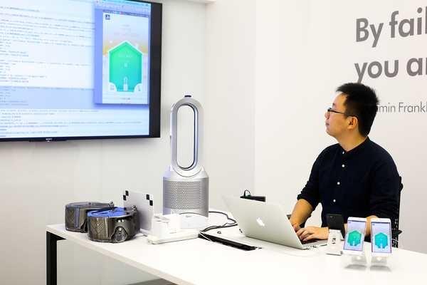 Ingenieor chino programando aparato Dyson