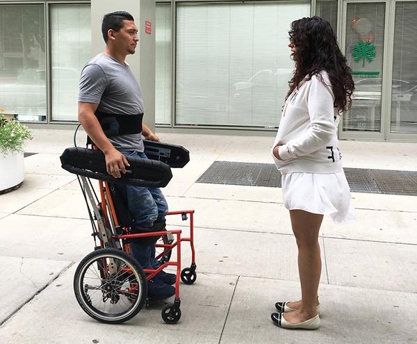 Esta silla de ruedas deja colocarse y sostenerse en pie sin ayuda