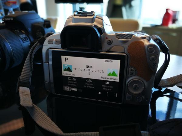lanzamiento Canon℗ EOS 200D pantalla guiada