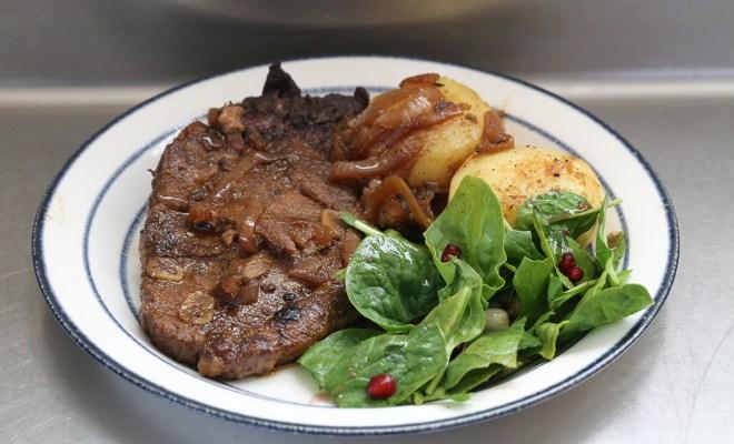 """Tuffa Tiders fläskkarré i slowcooker är nära """"pulled pork"""" men hålls samman för att både kunna serveras för sig eller som en huvudingrediens i kombinerade rätter. Mört och med klassisk smak som passar alla."""