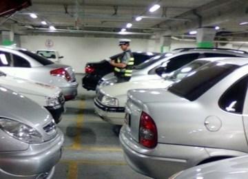 policia-multa-condutor-num-parque-de-estacionamento-de-um-hipermercado