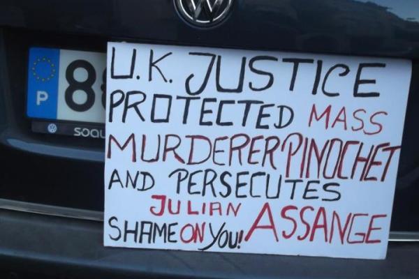 Fotos e vídeos do protesto pro-Assange ontem na Embaixada do Reino Unido