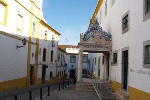Centro histórico de Elvas: ou tens a casa pintada de branco ou podem pinta-la por ti