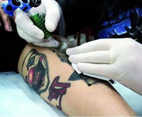 Hospital de Cascais discrimina pessoas com tatuagens