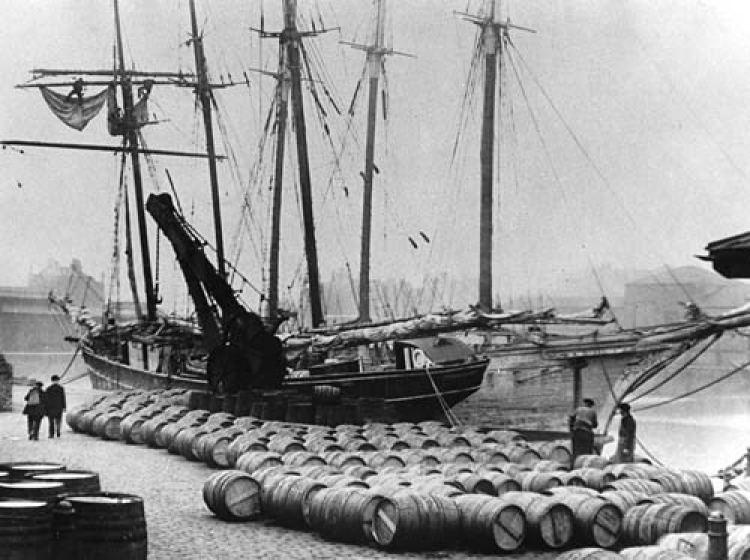 Descargando vino de Oporto en los muelles de Londres, c. 1909