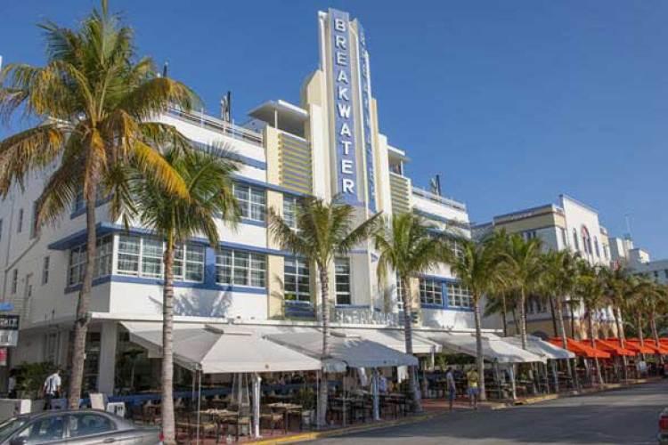 El Breakwater Hotel, una de las mejores muestras del estilo Art-Deco en Miami Beach