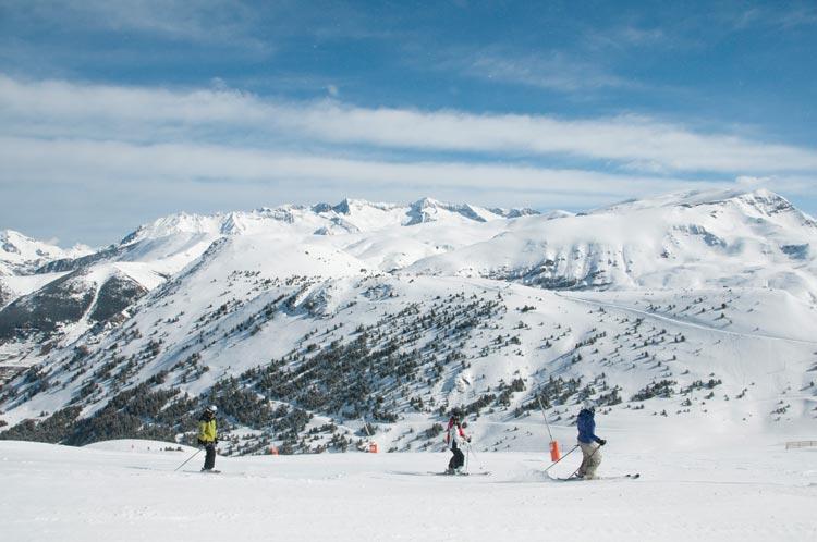 Durante la temporada 2013-2014, más de un millón de esquiadores disfrutaron de los más de 275 kilómetros esquiables -la mayor superficie esquiable de España- de Aramon.