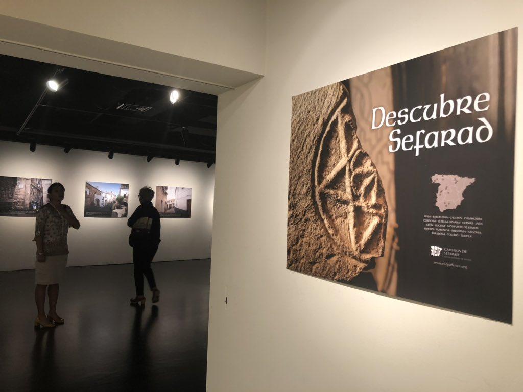 """Más de 200 personas acuden en el Instituto Cervantes de Tokio a la inauguración de la exposición """"Descubre Sefarad"""", que podrá visitarse hasta el 18 de octubre, y que forma parte de las actividades de la Jornada de la Cultura Sefardí que organiza la Red de Juderías de España."""