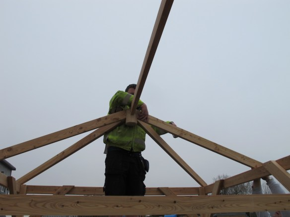 Fitting the side rafters into the kingpin