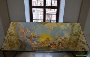 Lustro z odbiciem malowidła na suficie holu