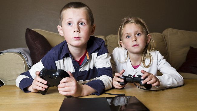 ART_3_555270-siblings-play-video-games
