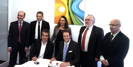 Karim Ghandri, Directeur Général de Focus Service (à gauche en 1er plan) et Mme Sonia Mahjoub, Directrice Générale de Focus (au centre, en second plan) avec les responsables de Fujitsu lors de la signature de l'accord de rachat