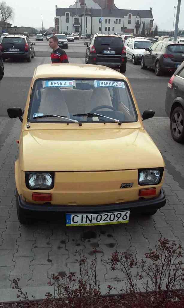 Młodziutki Fiat 126p produkcja z 1989 r. z Bielsko-Białej. PS. Fiacik nie gubi oleju a znaczy teren.