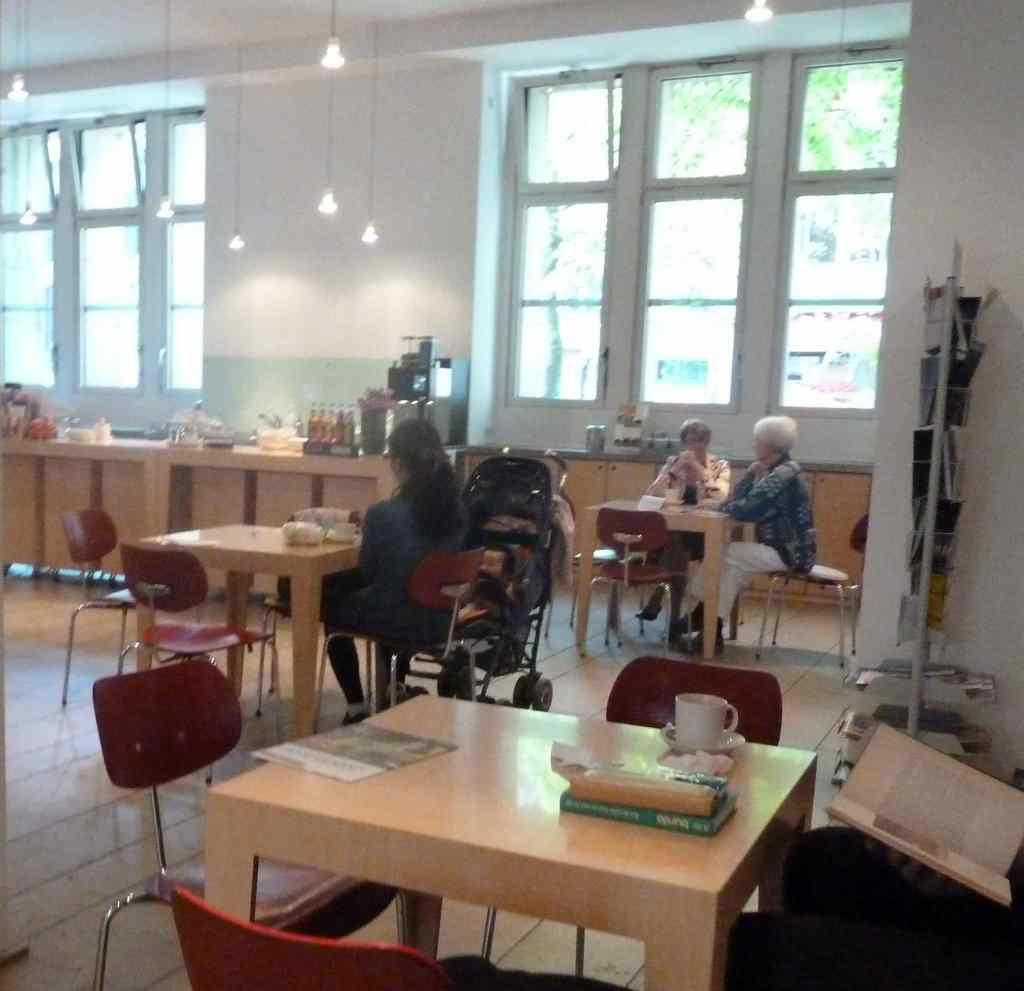 Nowoczesny kościół - kawiarnia w kościele z regałami z książkami do czytania na miejscu