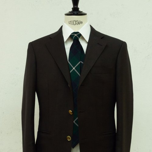 ネクタイとブラウンスーツ