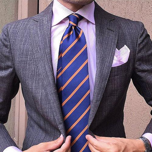 ピンクシャツと紺ストライプネクタイ