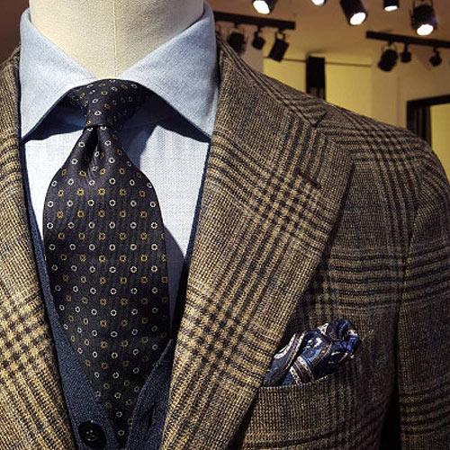 チェックジャケットと黒ネクタイ