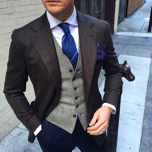 紺ネクタイとブラウンジャケット3