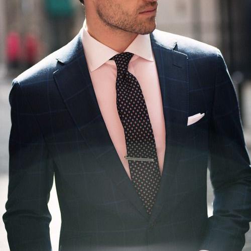 ピンクシャツとブラウン小紋ネクタイ