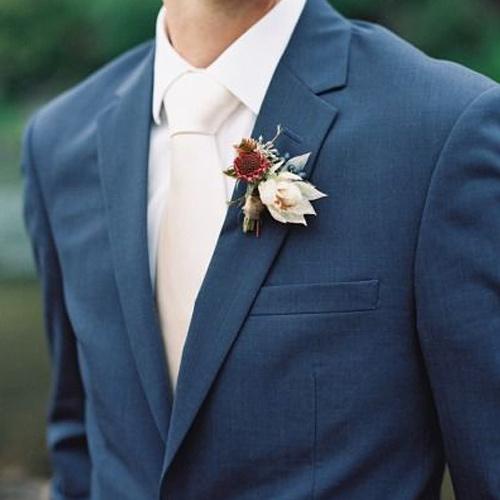 結婚式に使える紺スーツと白ネクタイ