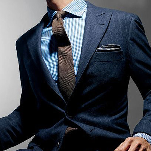 茶色のストライプネクタイと紺ストライプスーツ