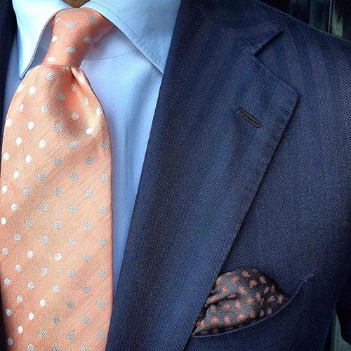ピンクドットネクタイと紺スーツ