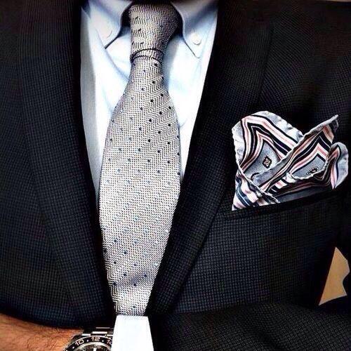 シルバーネクタイと黒スーツ