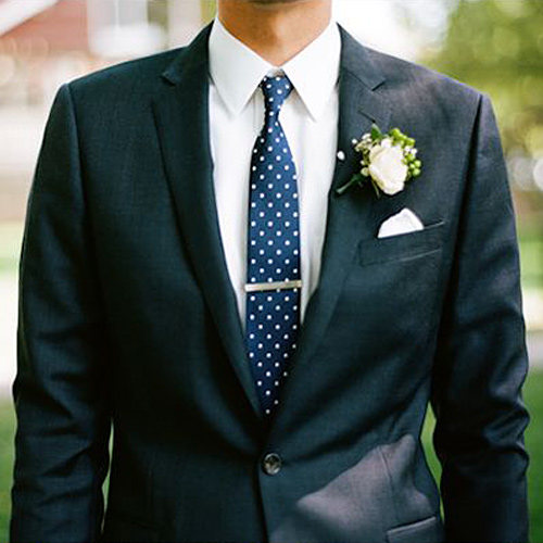 紺ドットネクタイと黒スーツ