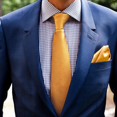 オレンジネクタイと紺スーツ
