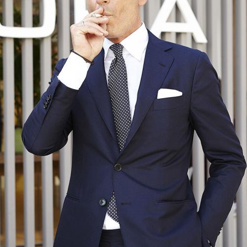 紺ジャケットと黒ネクタイ