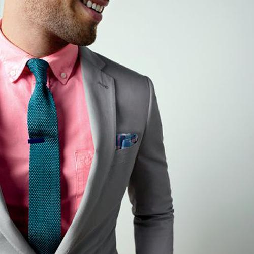 緑のニットタイとピンクシャツ
