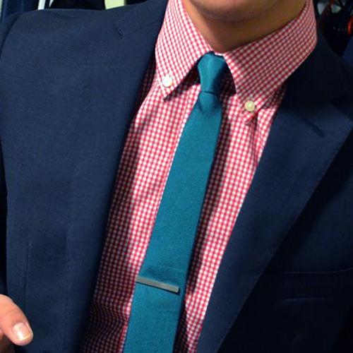 緑ネクタイとチェックシャツ