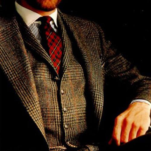 赤いチェックネクタイとブラウンスーツ