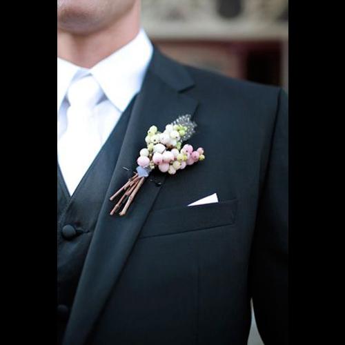 結婚式に使える黒スーツと白ネクタイ