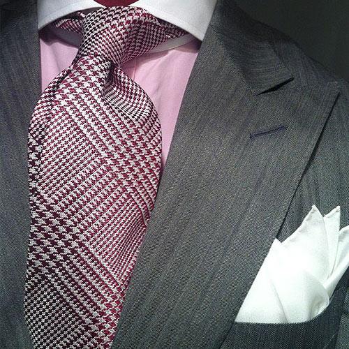 ピンクシャツと同系色ネクタイ
