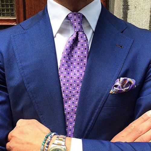 紫ドットネクタイと紺スーツ