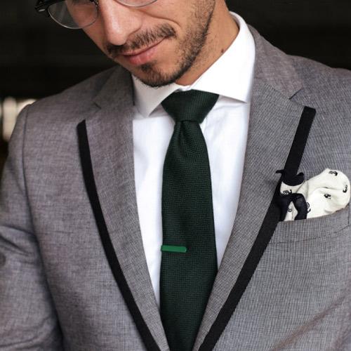 緑ネクタイとグレースーツ