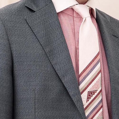 ピンクシャツとツンドラのネクタイ