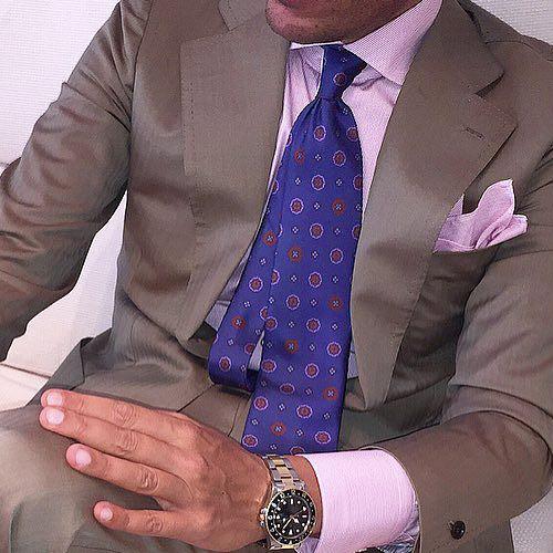 ピンクシャツと紺の小紋ネクタイ
