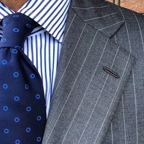 ストライプシャツと同系色ネクタイ