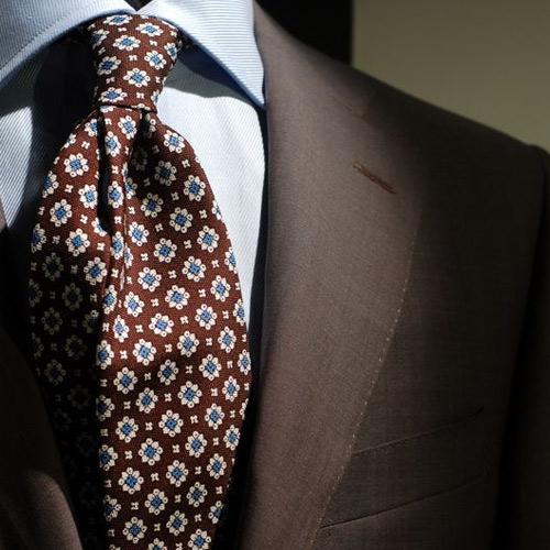 茶色の小紋ネクタイ同系色コーデ