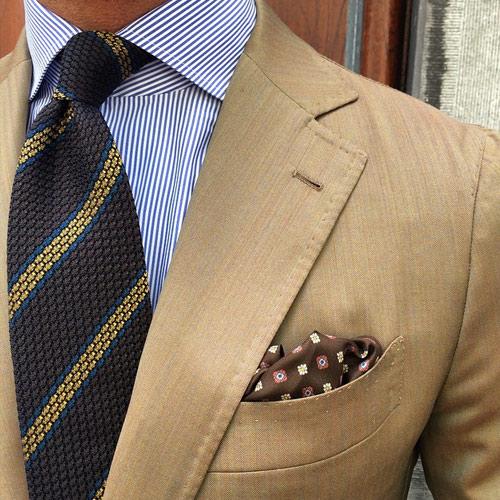 茶色のストライプネクタイ