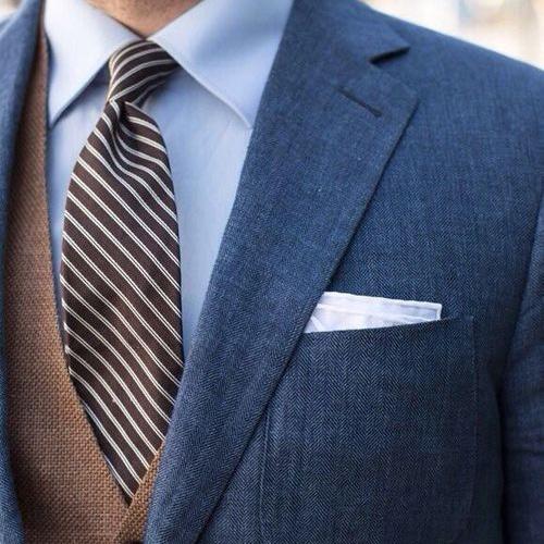 茶色のストライプネクタイと紺スーツ